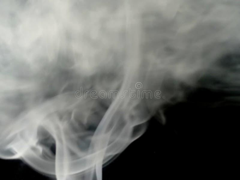 Fumo cinzento no assoalho Fundo preto isolado Névoa cinzenta abstrata da névoa do fumo em um fundo preto Textura imagem de stock royalty free
