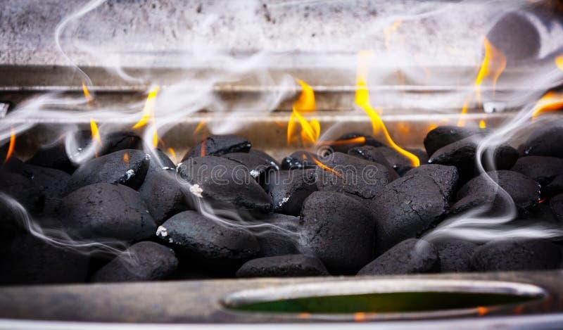 Fumo claro, churrasco, carvão vegetal fotos de stock