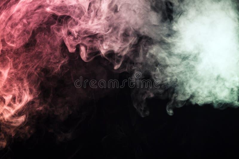 fumo colorido em um fundo preto O conceito da mostra clara a imagens de stock