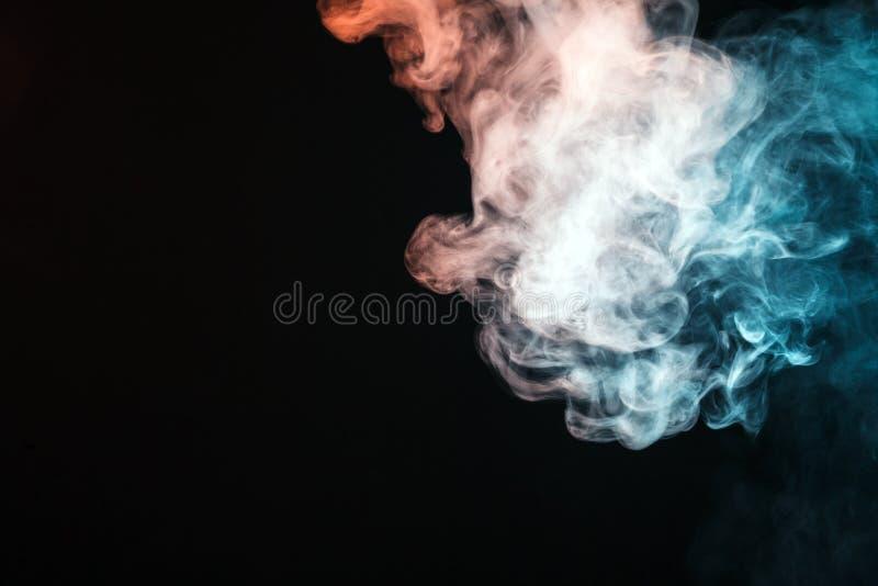 fumo colorido em um fundo preto O conceito da mostra clara a imagens de stock royalty free