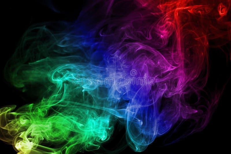 Fumo colorido no fundo preto foto de stock