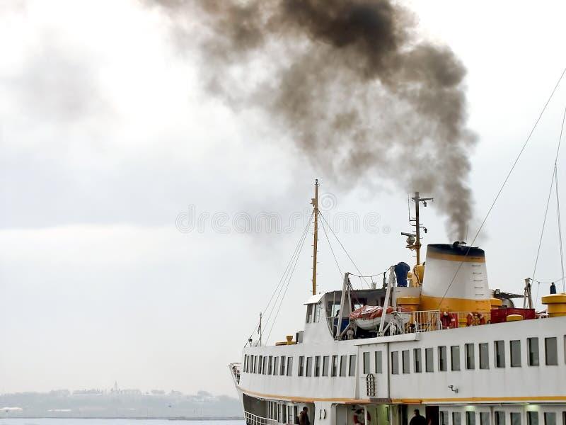 Fumo da balsa no céu imagens de stock royalty free