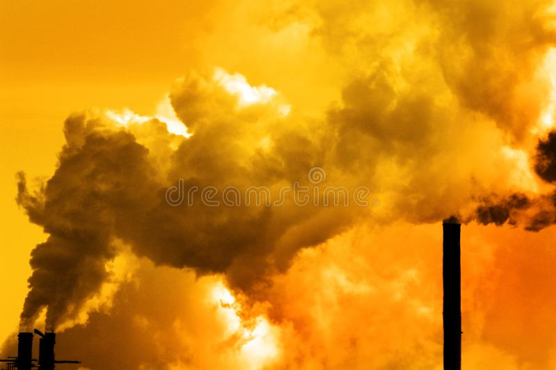 Fumo da fábrica da qualidade do ar da poluição que bombeia no ambiente da atmosfera imagem de stock