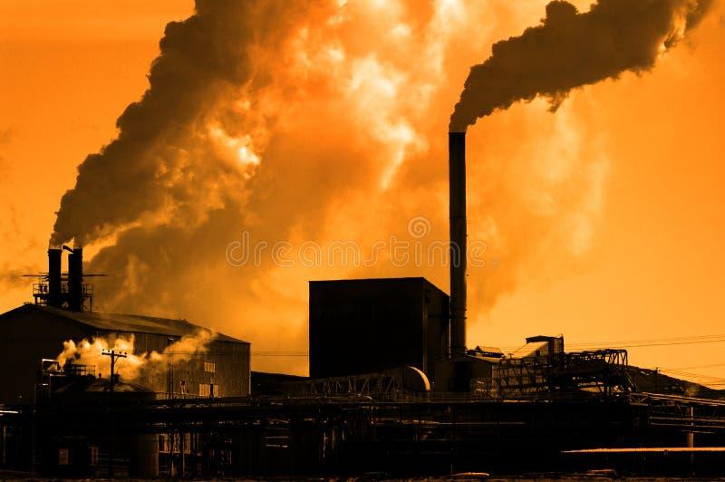 Fumo da fábrica da qualidade do ar da poluição que bombeia no ambiente da atmosfera fotografia de stock