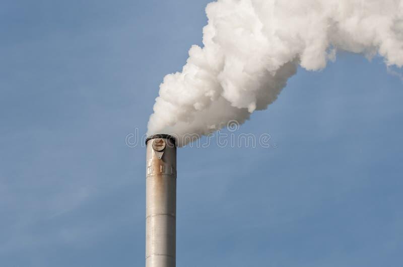 Fumo da pilha de Chimnney fotografia de stock