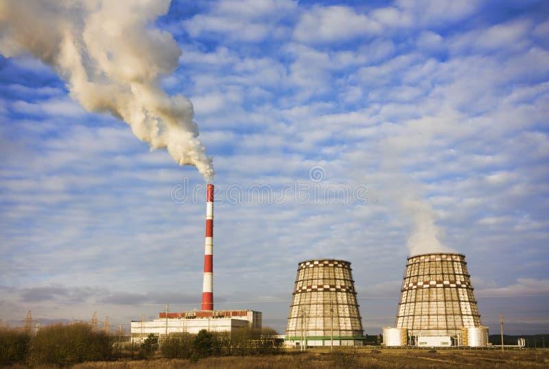 Fumo dai tubi della fabbrica fotografie stock