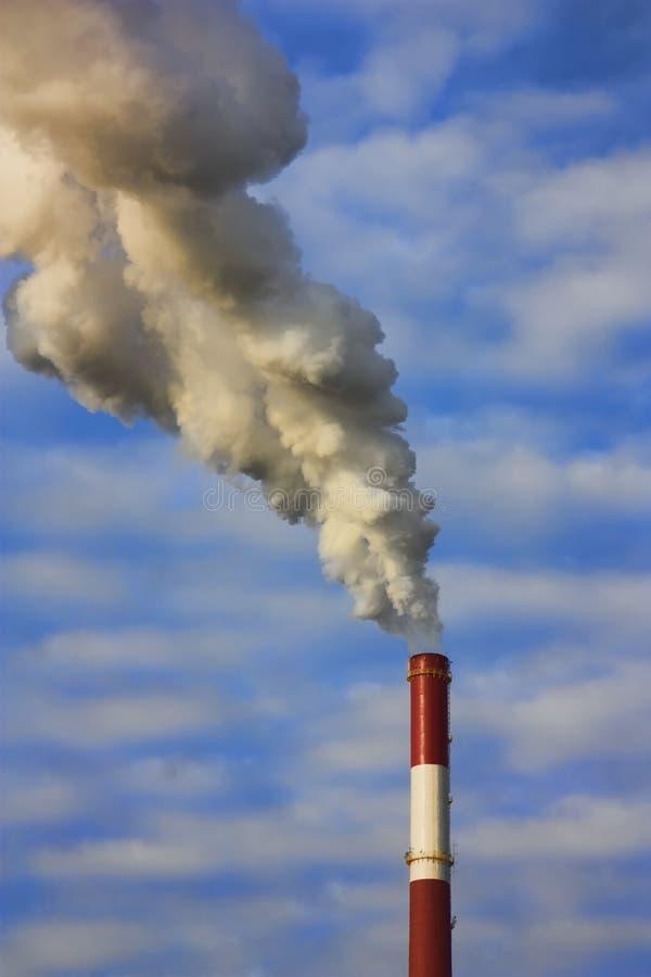 Fumo dai tubi della fabbrica fotografia stock libera da diritti