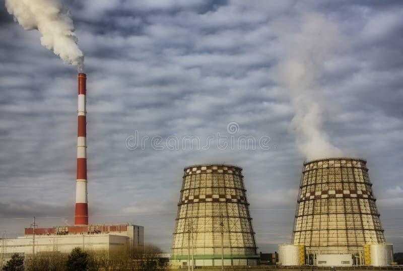Fumo dai tubi della fabbrica immagini stock libere da diritti