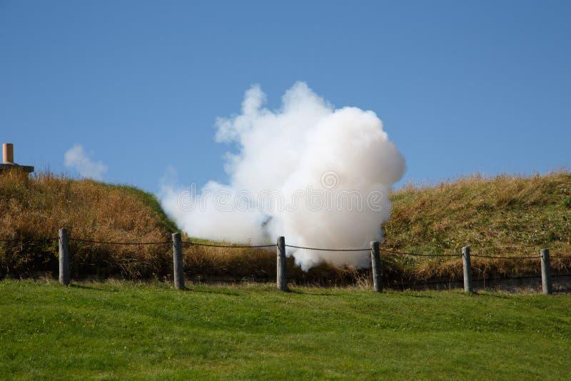 Fumo dal fuoco di cannone fotografia stock
