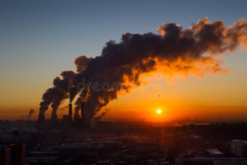 Fumo das tubulações no nascer do sol fotos de stock