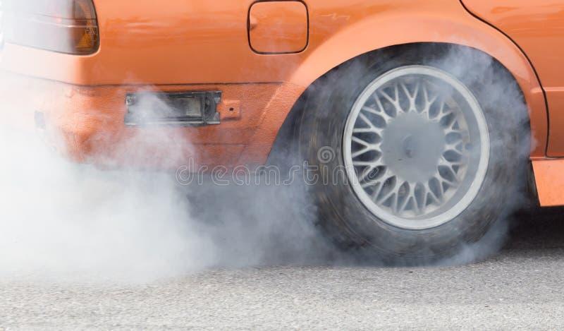 Fumo de debaixo das rodas do carro fotos de stock