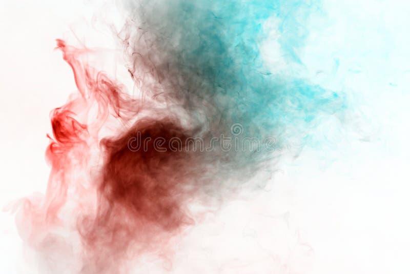 Fumo de ondulação colorido, vapor azul vermelho, ondulados em formas e em testes padrões abstratos em um fundo branco, repetindo  imagens de stock