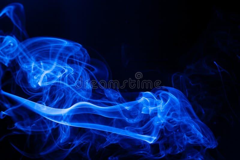Fumo del blu del movimento fotografia stock libera da diritti