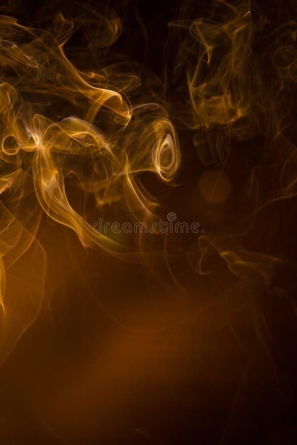 Fumo dell'oro su fondo nero immagini stock
