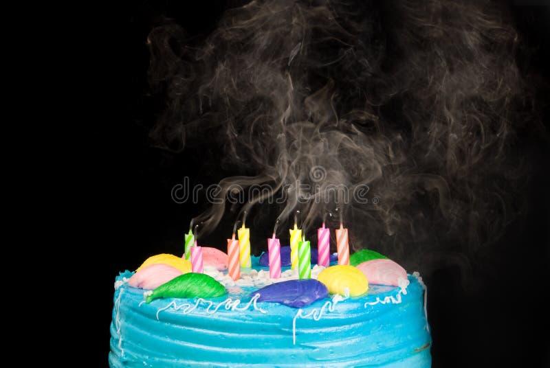 Fumo della candela della torta di compleanno fotografia stock