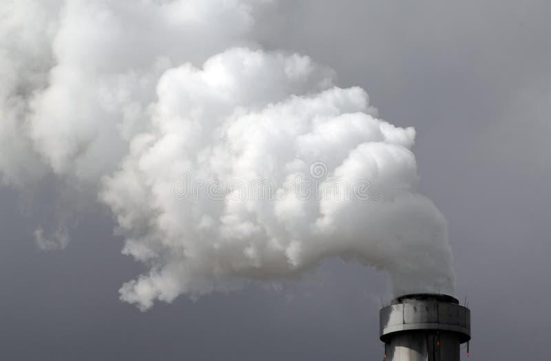 Download Fumo della fabbrica immagine stock. Immagine di camino - 3878719