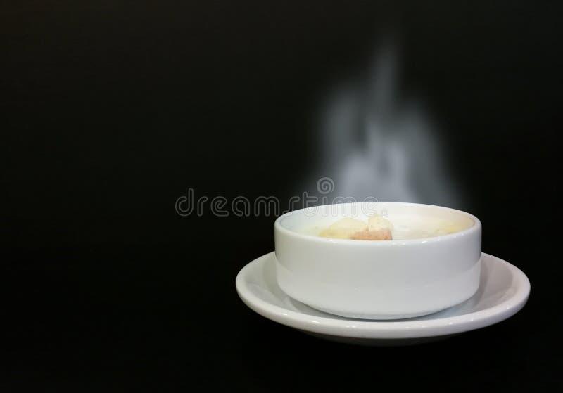 Fumo della minestra del cereale caldo in una tazza bianca fotografia stock