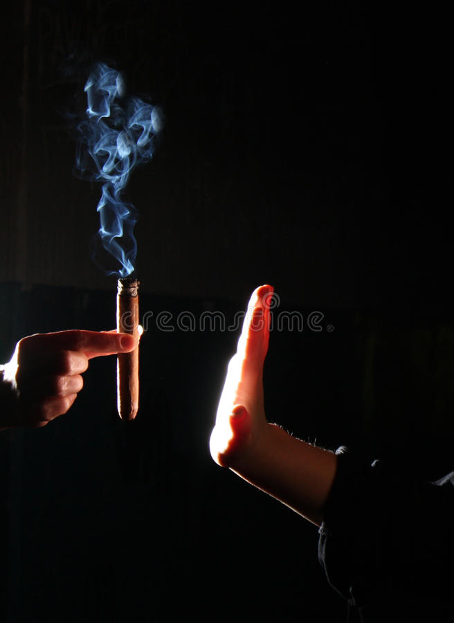 Fumo di arresto della persona fotografie stock libere da diritti