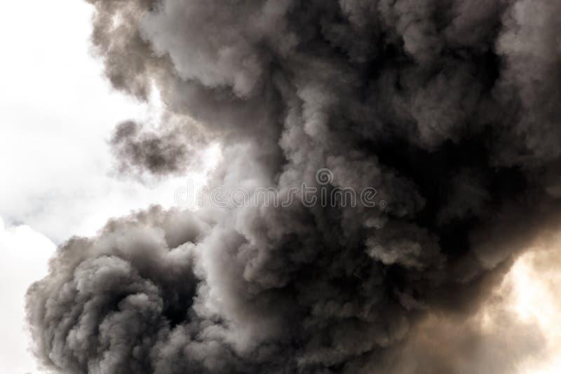 Fumo di inquinamento da un grande fuoco fotografia stock