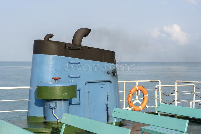 Fumo do conduto do ferryboat durante o mar com luz solar,  imagens de stock