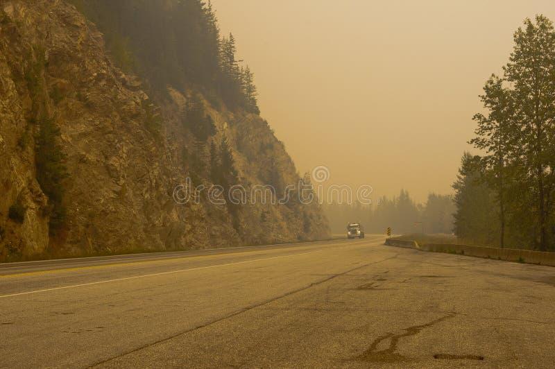 Fumo do incêndio florestal perto da passagem de Rogers, BC, Canadá fotos de stock royalty free