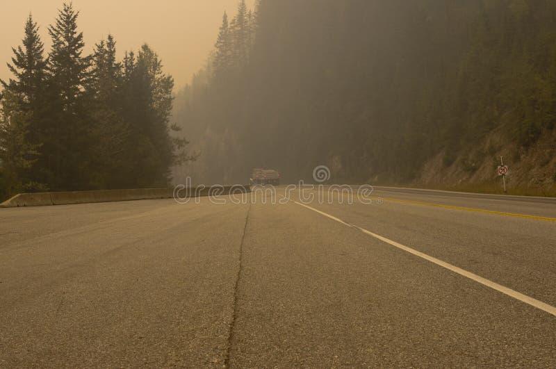 Fumo do incêndio florestal perto da passagem de Rogers, BC, Canadá imagens de stock royalty free