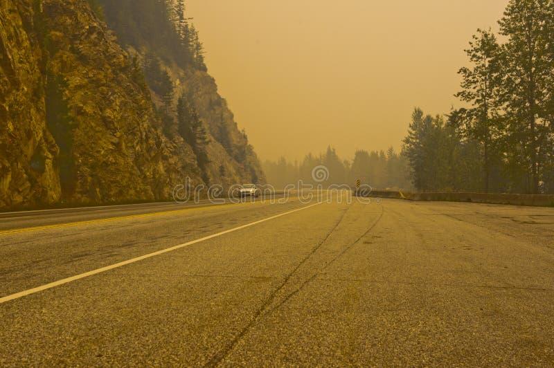 Fumo do incêndio florestal perto da passagem de Rogers, BC, Canadá fotografia de stock