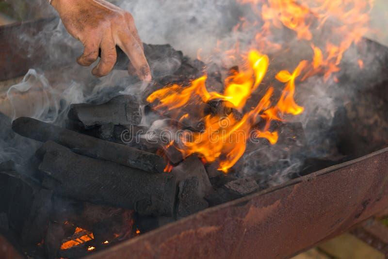 Fumo e chamas de madeira ardente do carvão vegetal fotos de stock royalty free