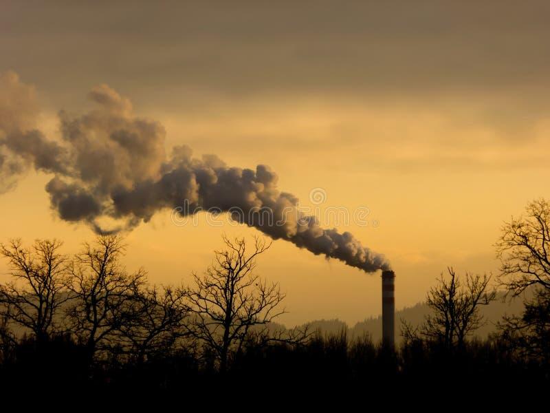 Fumo e chaminé, indústria imagem de stock