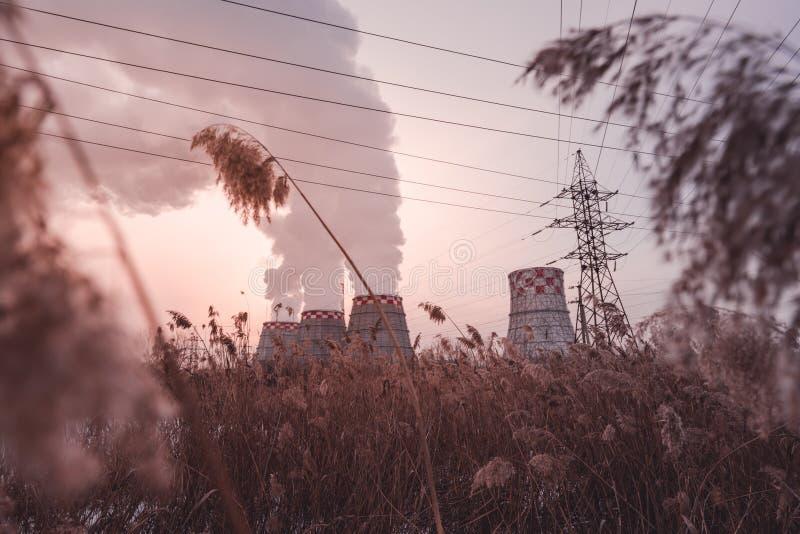 Fumo e nebbia dalla centrale elettrica termica all'inverno immagini stock libere da diritti