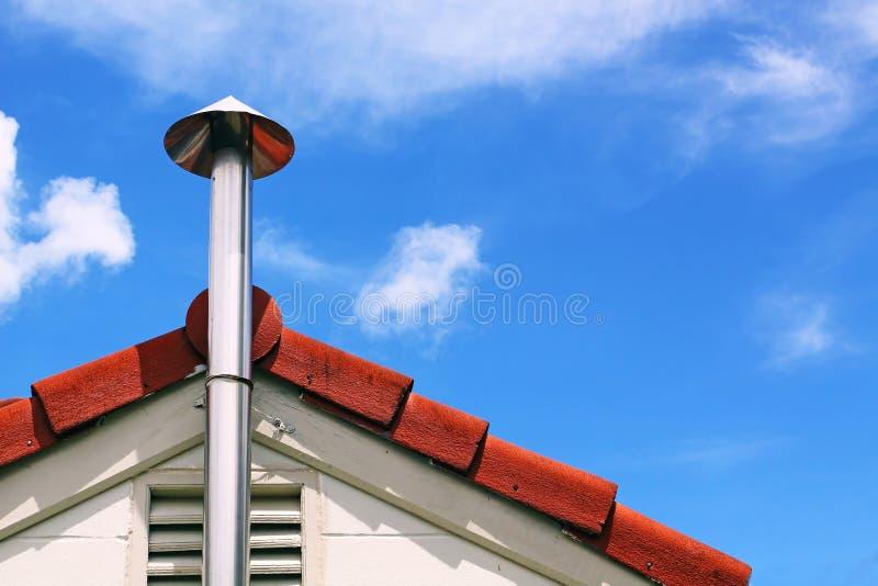 Fumo e tetto del camino della cucina fotografie stock libere da diritti