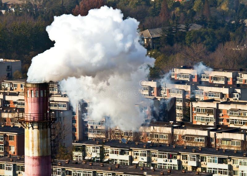 Fumo ed inquinamento atmosferico nel blocco residental fotografia stock libera da diritti