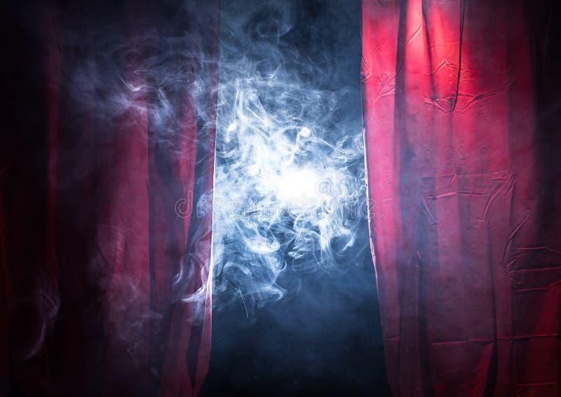 Fumo em uma fase do teatro imagens de stock royalty free