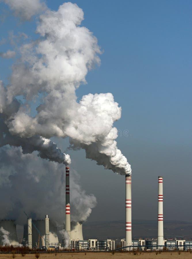Fumo enorme dalla centrale elettrica del carbone fotografie stock libere da diritti