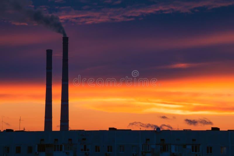 Fumo escuro que vem da tubulação térmica do central elétrica imagem de stock