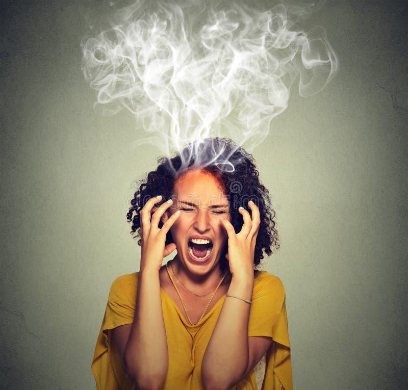 Fumo gritando fora mijado muito irritado do vapor da mulher que sai acima da cabeça fotografia de stock