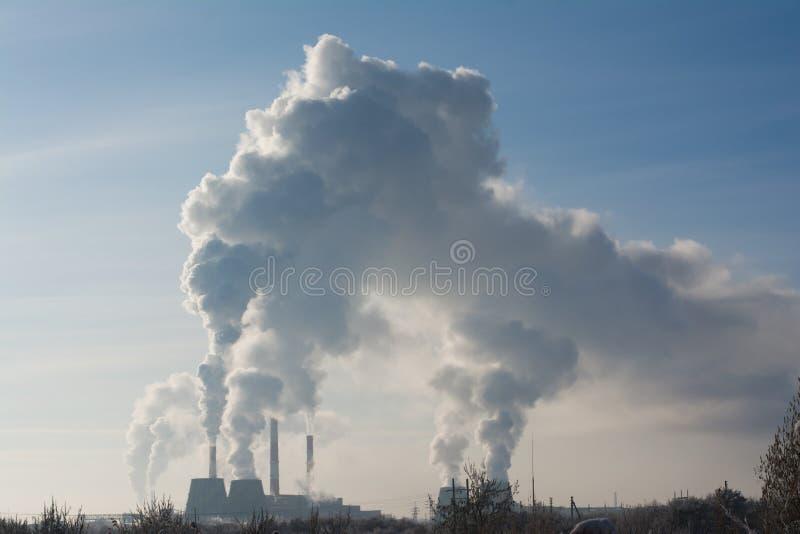 Fumo industrial da chaminé na ecologia do céu azul foto de stock royalty free