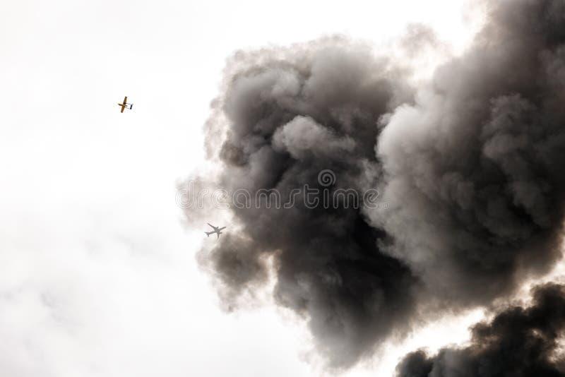 Fumo molto scuro da un fuoco fotografie stock