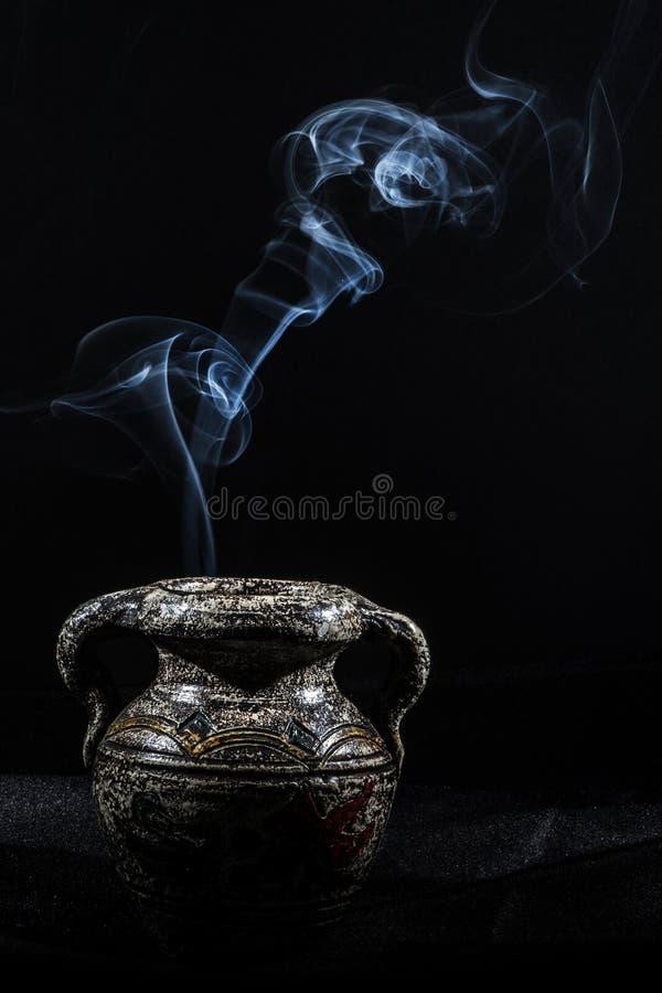 Fumo na obscuridade foto de stock