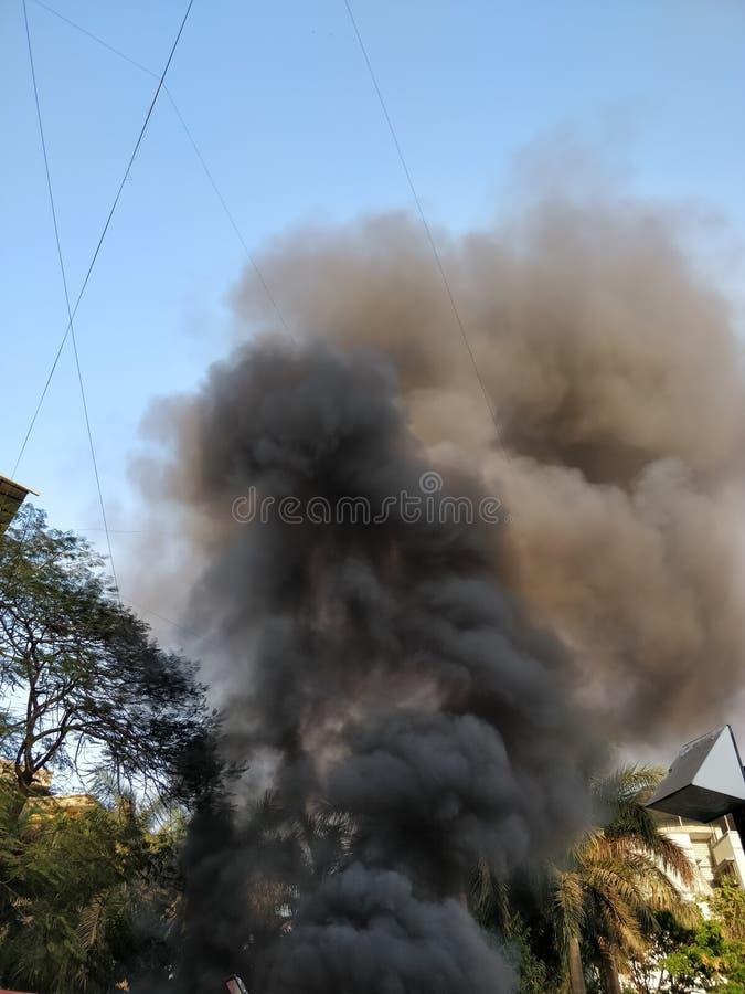 Fumo nero che esce da una costruzione sul fuoco fotografia stock libera da diritti
