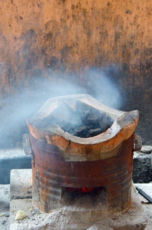 Fumo no carvão vegetal do fogão imagem de stock