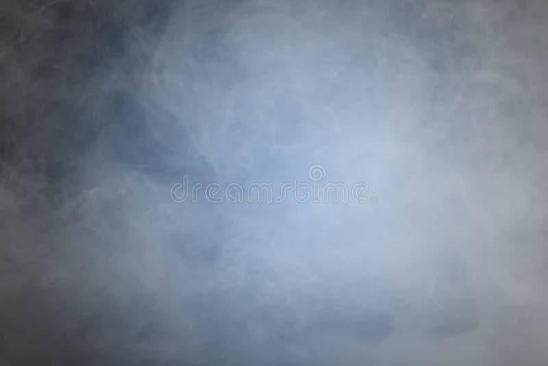 Fumo o nebbia sopra fondo nero blu fotografie stock