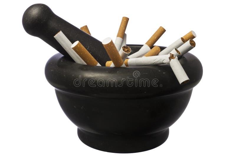 Fumo parado - cigarros no pilão sobre o branco imagem de stock royalty free