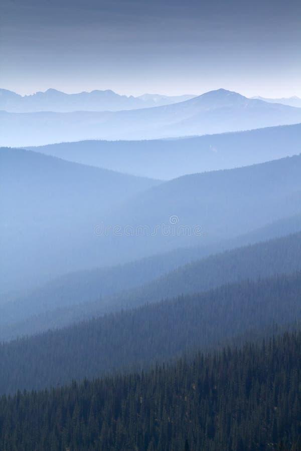 Fumo pesante dal punto di vista vicino di Forest Fires Fills This Mountain fotografia stock libera da diritti