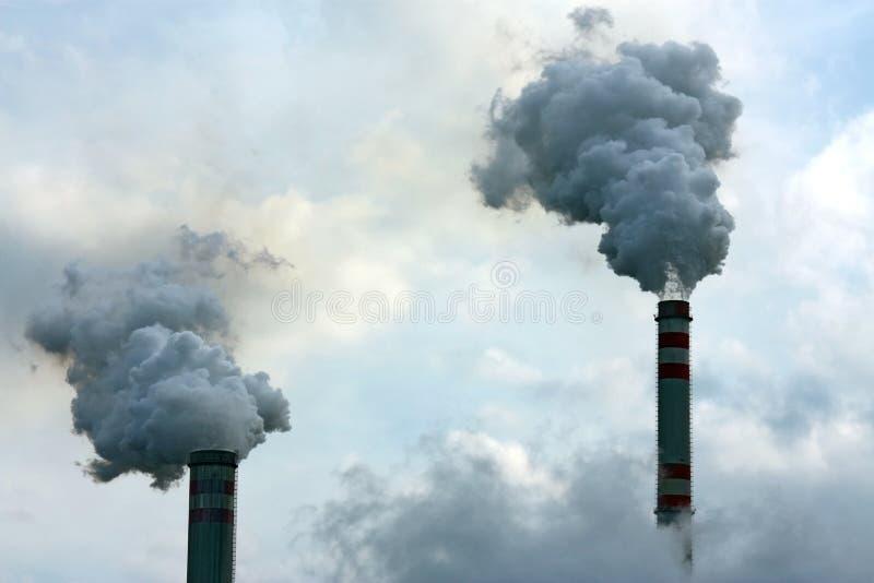 Fumo poluído da chaminé dois imagens de stock royalty free