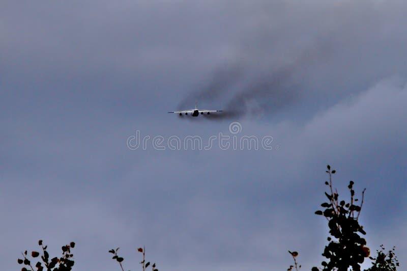 Fumo preto de um avião de carga de quatro motores imagens de stock