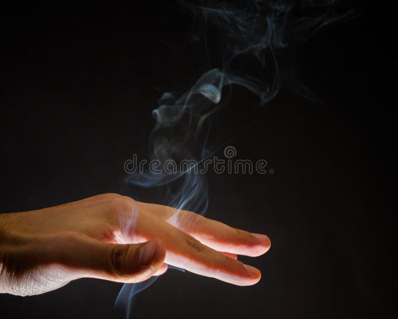Fumo que aumenta acima através da mão humana Espírito, fundo espiritual, feitiçaria imagens de stock