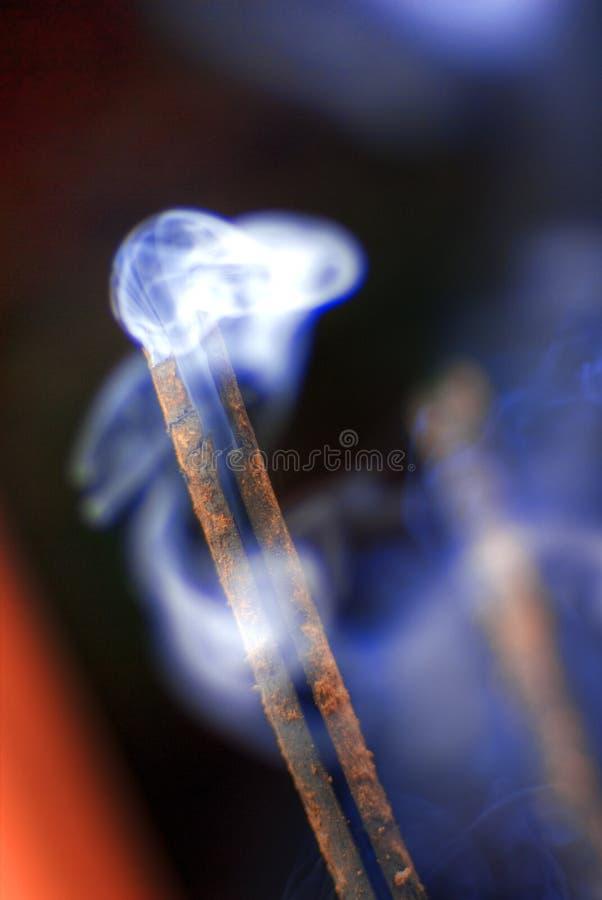 Fumo que billowing do incenso imagem de stock