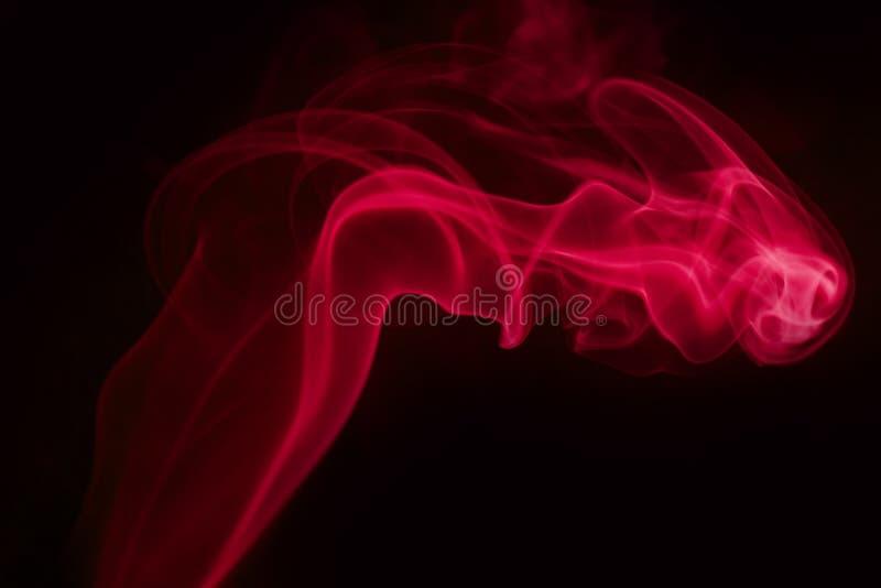 Fumo rosso su priorità bassa nera immagini stock libere da diritti