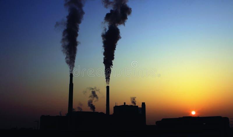 Fumo scuro dalla fabbrica fotografia stock libera da diritti